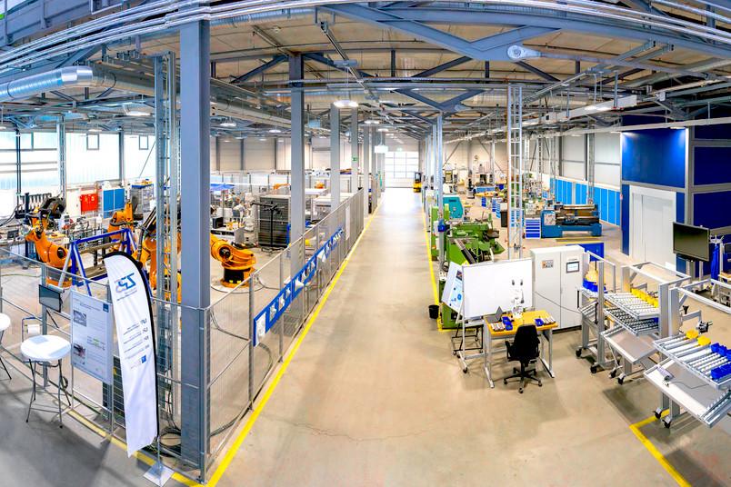 Große Halle mit Robotern