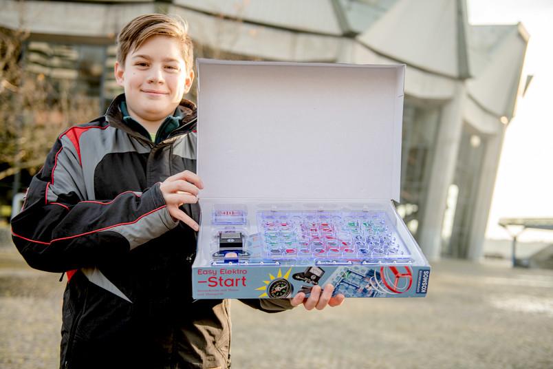 <div> Emil, Siebtklässler an der Theodor-Körner-Schule, zeigt einen der gespendeten Elektrobaukästen.</div>