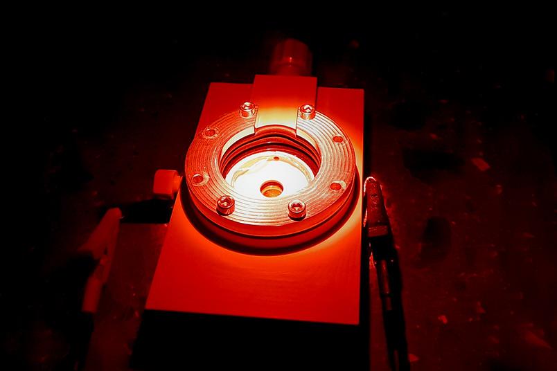 Rot leuchtende Versuchsapparatur