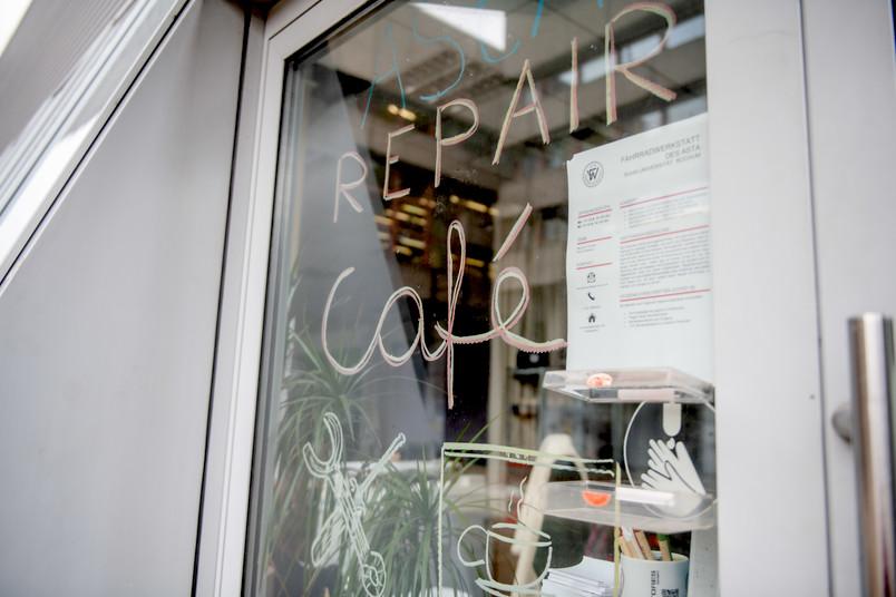 <div> Im Repair Café rüsten Studierende alte Rechner für den Einsatz in Kinderzimmern auf.</div>