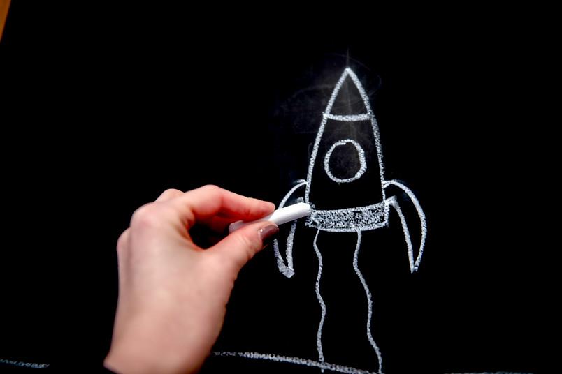 Mit Kreide gezeichnete Rakete auf einer Tafel.