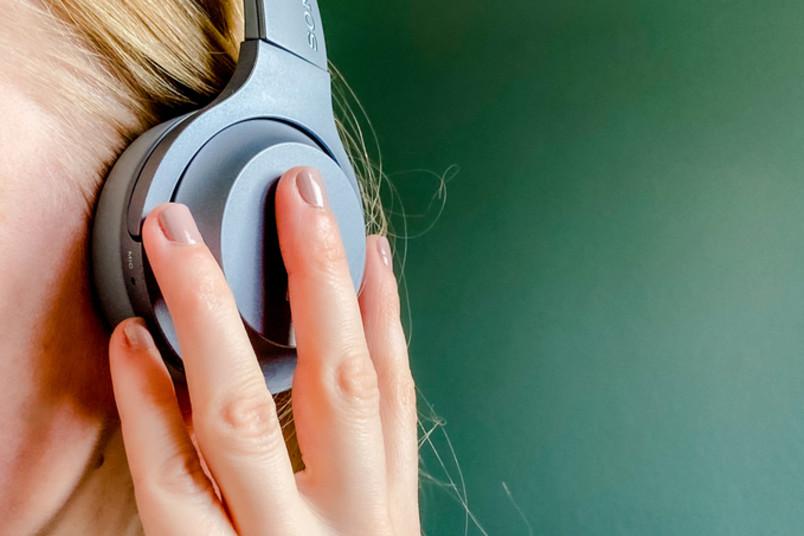 Detailaufnahme einer Frau, die Kopfhörer trägt