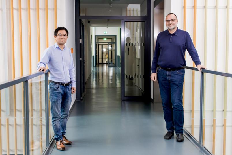 <div> Das Bochumer Katalyse-Team: Baoxiang Peng (links) und Martin Muhler</div>