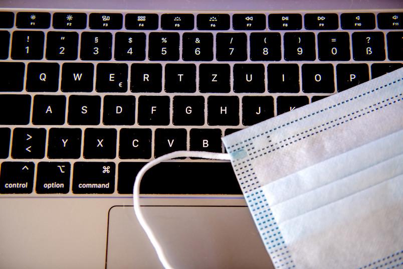 Medizinische Maske auf einem Laptop