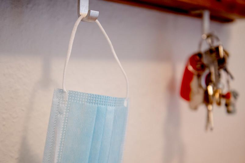 Mundschutz an der Garderobe