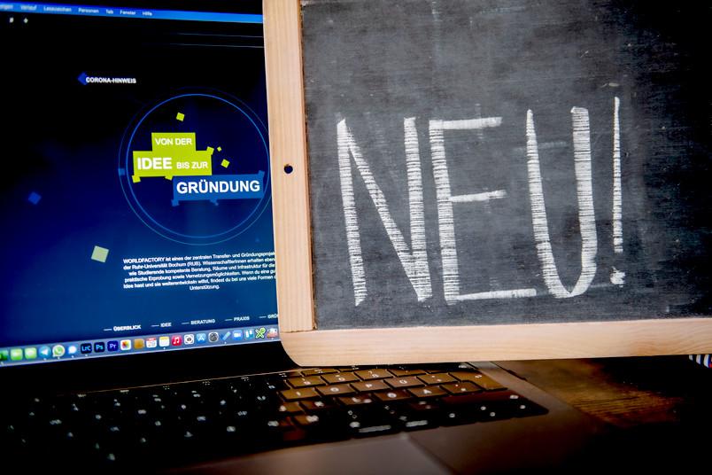 Laptop, Tafel mit Schriftzug neu