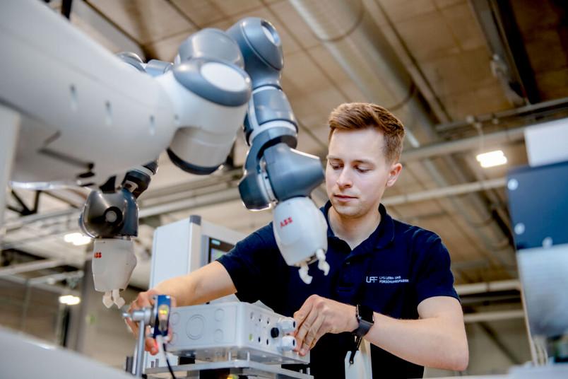 Mensch und Roboterarm