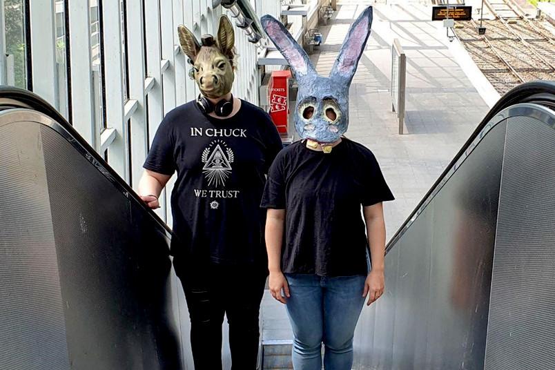 Zwei Schauspieler mit Maske