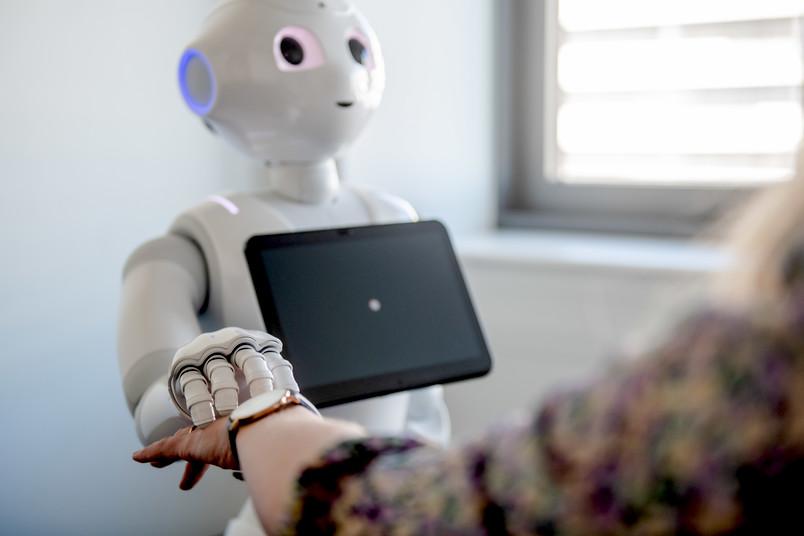 Roboter berührt eine Frau