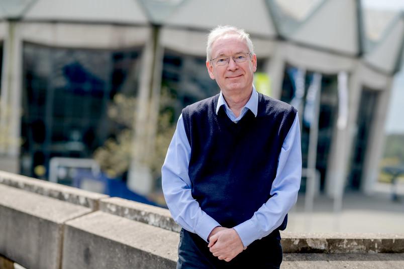 Porträtfoto von Ulrich Kunze auf dem Campus der RUB