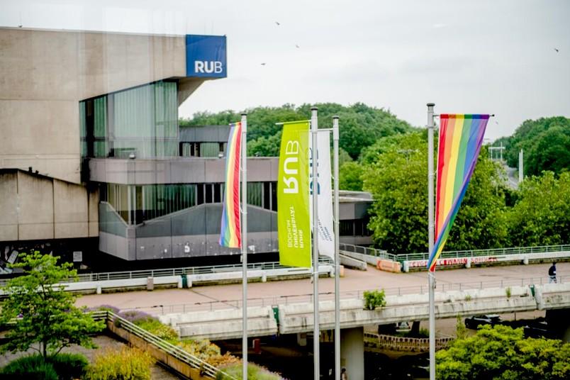 Regenbogenflaggen auf dem RUB-Campus