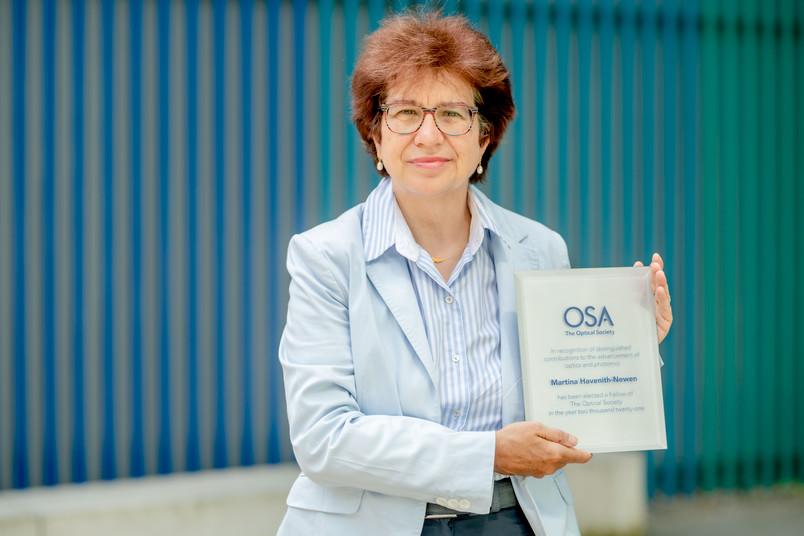 RUB-Chemikerin Martina Havenith-Newen mit Preisplakette