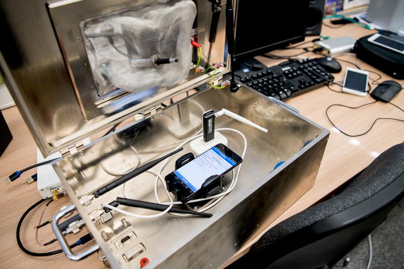 Handy in Metallbox und Computer