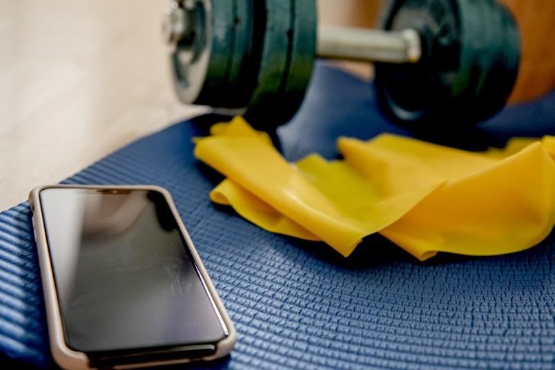 Handy und Sportutensilien