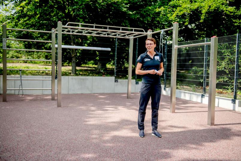 Die Leiterin des Hochschulsports Ines Lenze zeigt die neue Calisthenics-Anlage vor GC.
