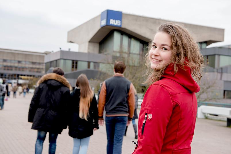 Studentin Kseniya Gorbatenko geht über die Universitätsbrücke