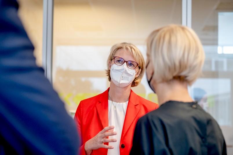 Anja Karliczek, Bundesministerin für Bildung und Forschung, hat am 18. August 2021 das Forschungs- und Behandlungszentrum für psychische Gesundheit der RUB besucht.