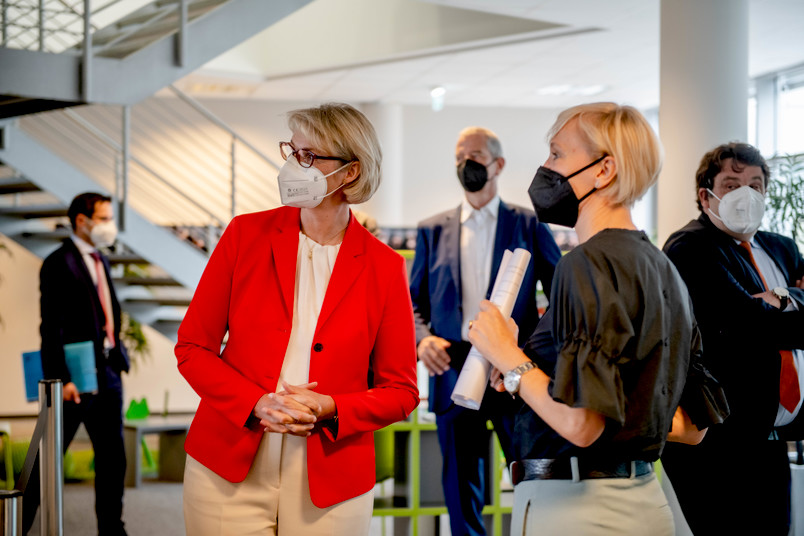 Bundesministerin Anja Karliczek bekommt am Bochumer Forschungs- und Behandlungszentrum für psychische Gesundheit Eindrücke aus erster Hand, hier mit Direktorin Silvia Schneider (rechts).