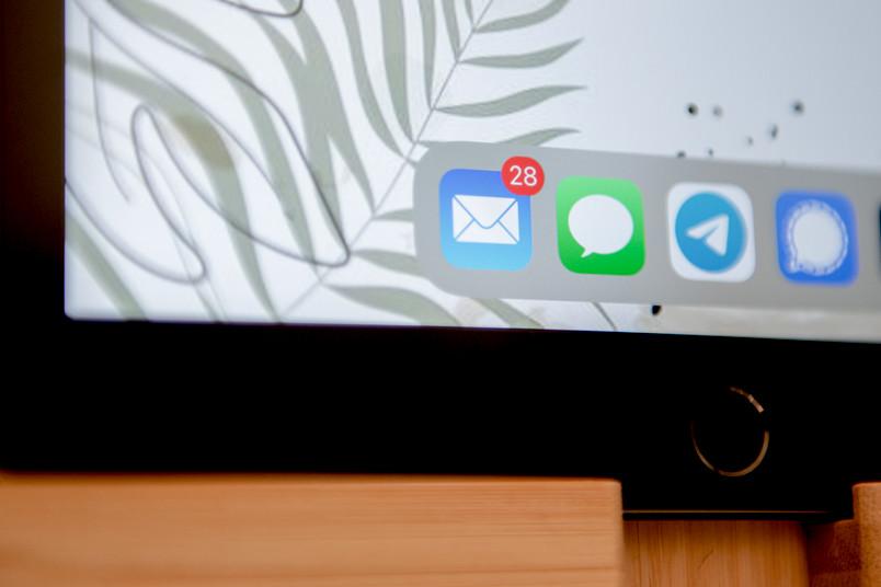 Mail-App auf dem Bildschirm eines Tablets