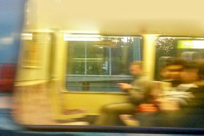 Verwischtes Foto mit Fahrgästen im Bus