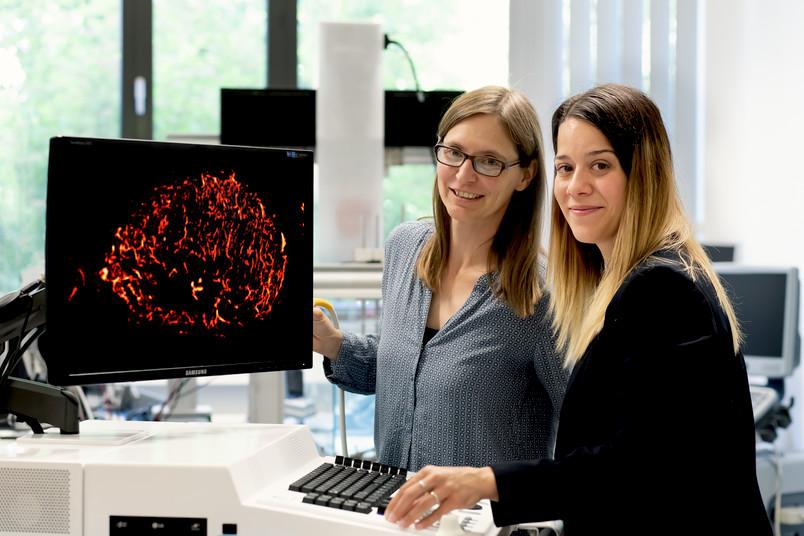 Zwei Forscherinnen vor dem Monitor