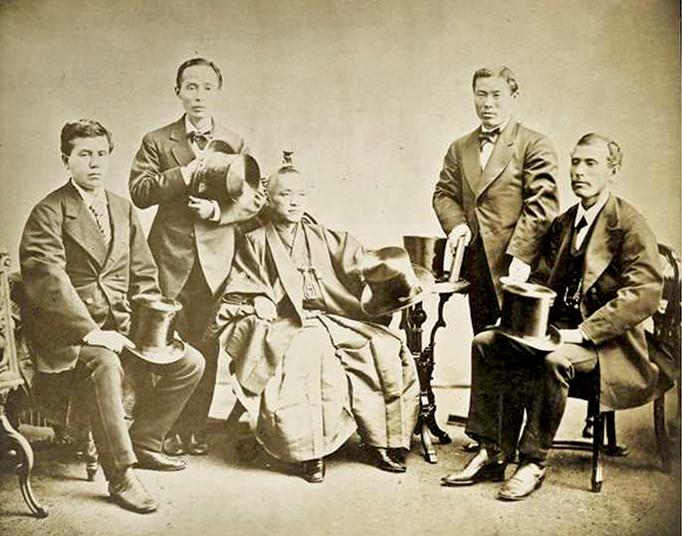 <div> Iwakura Tomomi (Mitte) und weitere Teilnehmer der Iwakura-Mission</div>