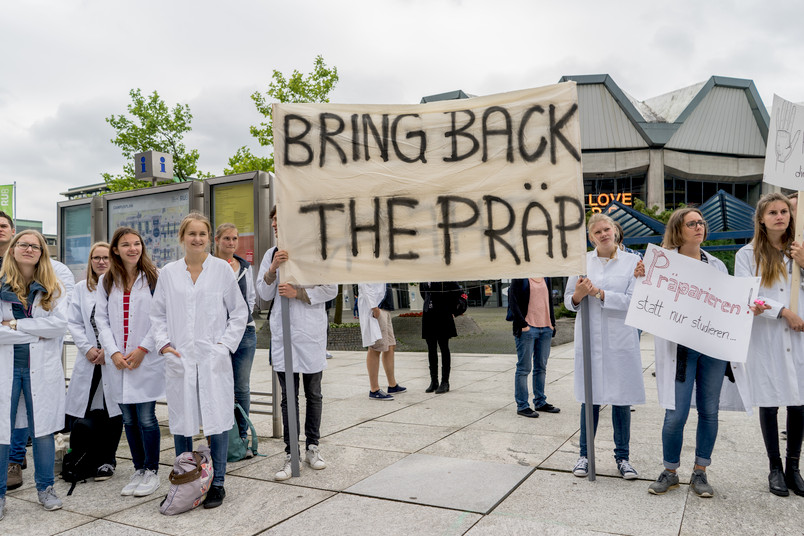 Medizinstudenten der RUB protestieren mit Transparenten und Trillerpfeifen auf dem Campus