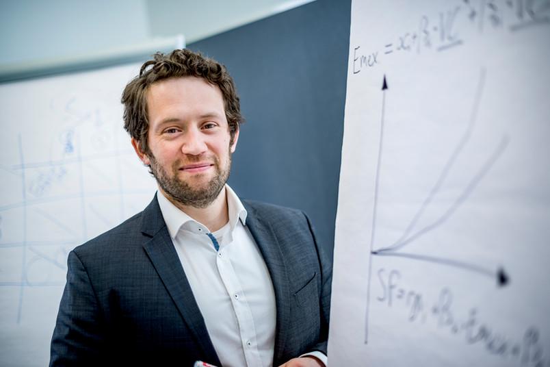 <div> Sascha Alavi erforscht die Auswirkungen von Lohnanreizsystemen auf die Gesundheit von Beschäftigten.</div>