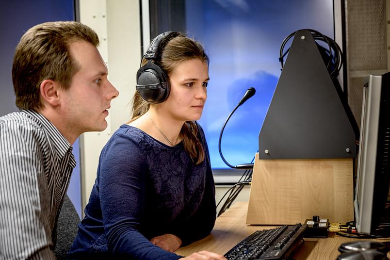 Hendrik Meutzner (links) und eine Probandin testen die Audiocaptchas.