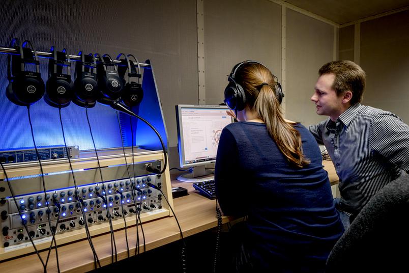 In einem speziellen Labor lässt Hendrik Meutzner die verschiedenen Audiocaptchas von Probanden testen. Zusätzliche Testpersonen findet er im Internet auf einer speziellen Crowdsourcing-Plattform.
