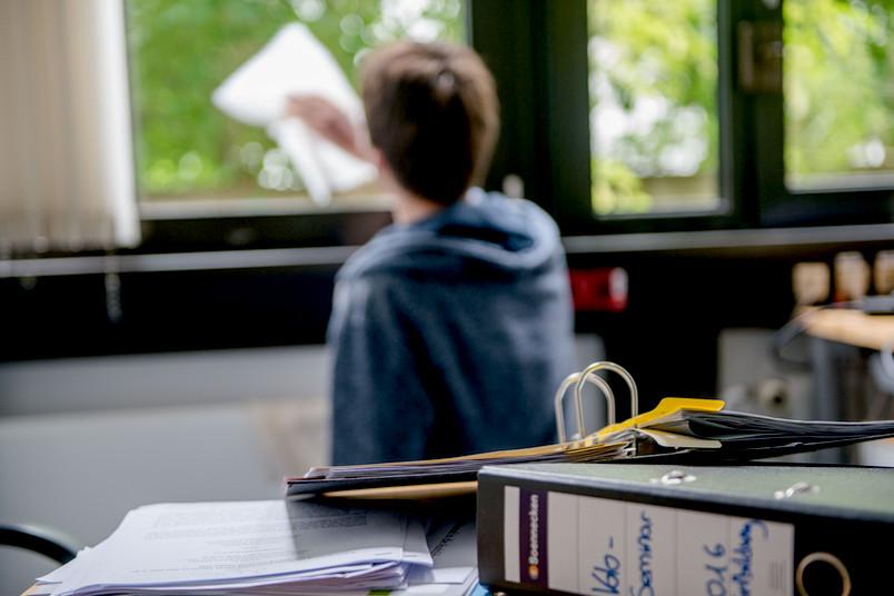 Student putzt Fenster