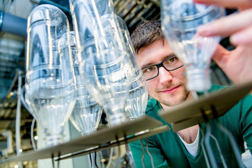 Die RUB-Ingenieure entwickeln plasmagestützte Beschichtungsverfahren für PET-Flaschen. Eine Barriereschicht im Inneren der Flasche macht den Kunststoff dichter.