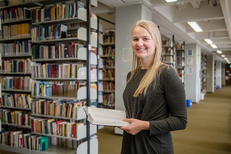 Yvonne Behrens in der Bibliothek