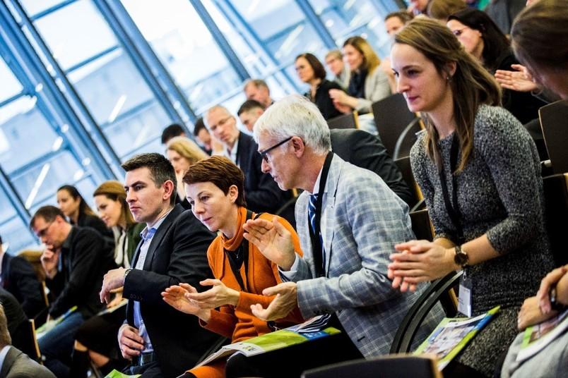 <div> Gemeinsam mit Kolleginnen und Kollegen aus ganz Europa feierte die Leiterin des Hochschulsports Bochum Ines Lenze (Dritte von rechts) den Projektabschluss.</div>