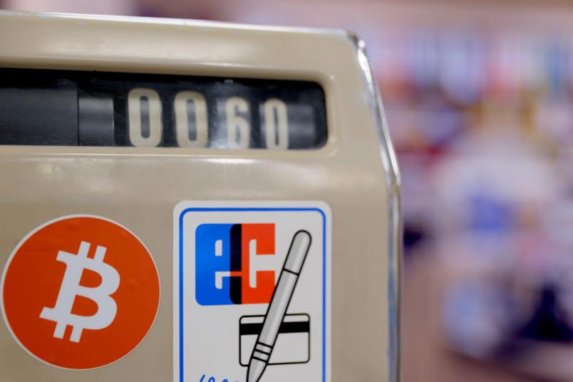 Eine alte Kasse mit Bitcoin-Aufkleber