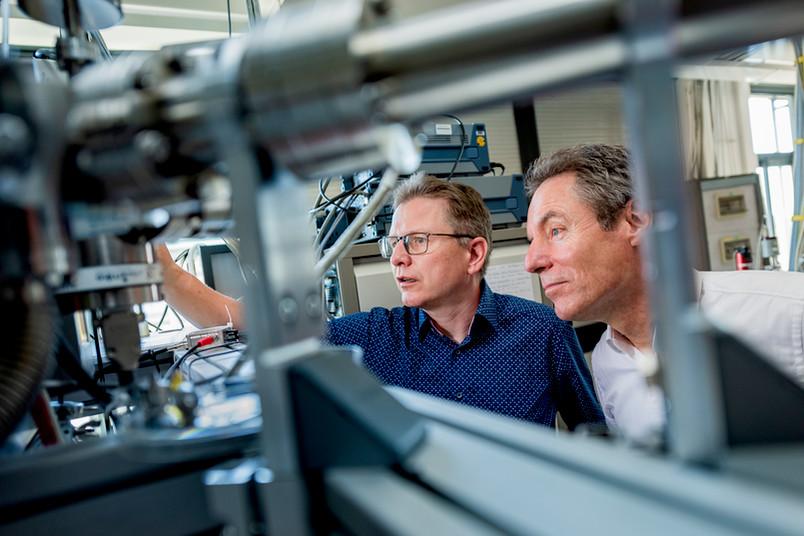 Peter Awakowicz und Marc Böke im Labor
