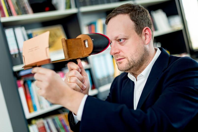 Mann blickt auf Stereoskopie