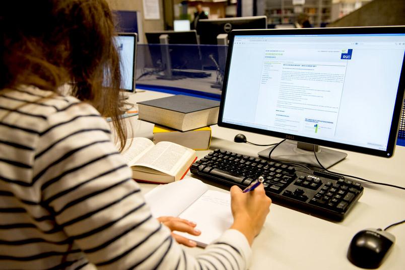 Person vor einem Computer mit Lernmaterialien