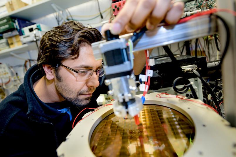 Doktorand Abhishek Sharma führt einen der vielen Herstellungsschritte für die Lablets durch. Er positioniert Elektroden, um einen Teil des Wafers zu beschichten.