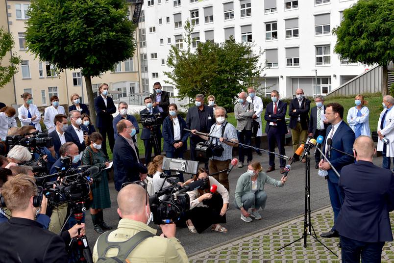 Bundesgesundheitsminister Jens Spahn (vierter von rechts) ist am St. Josef-Hospital in Bochum zu Gast .