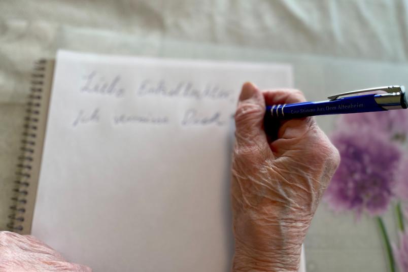 Frau schreibt etwas auf