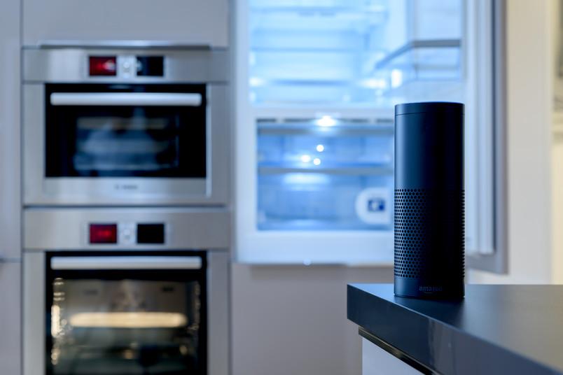Sprachassistent in Küche vor Ofen