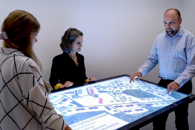 <div> Basierend auf digitalen Stadtmodellen entwickelt das RUB-Team gemeinsam mit Industriepartnern ein Tool, das Kommunen helfen soll, die CO<sub>2</sub>-Einsparpotenziale zu ermitteln, die sich durch verstärkten Holzbau ergeben würden.</div>