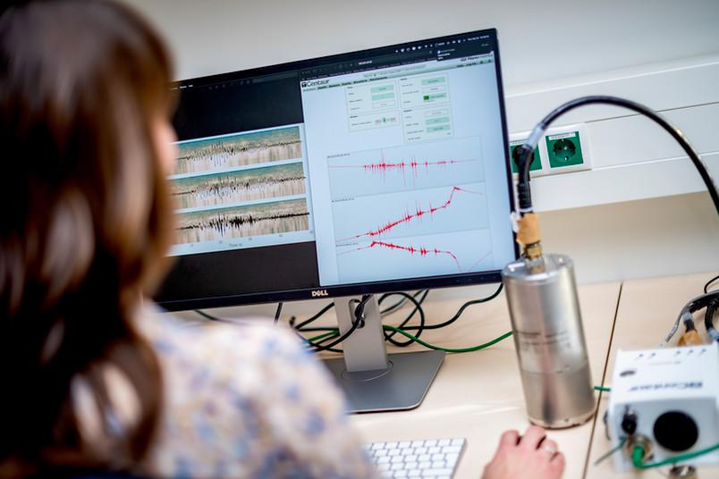 Forscherin betrachtet Messergebnisse am Computer