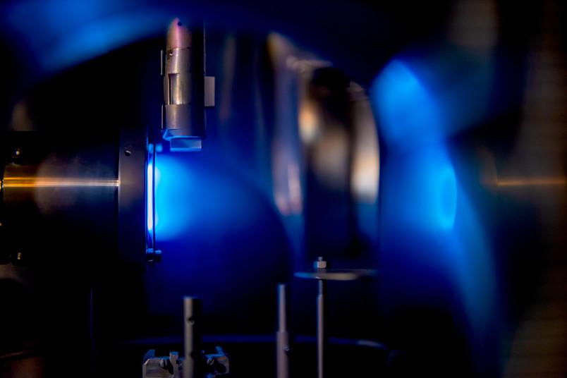 Blau leuchtendes Plasma in einer Metallkammer