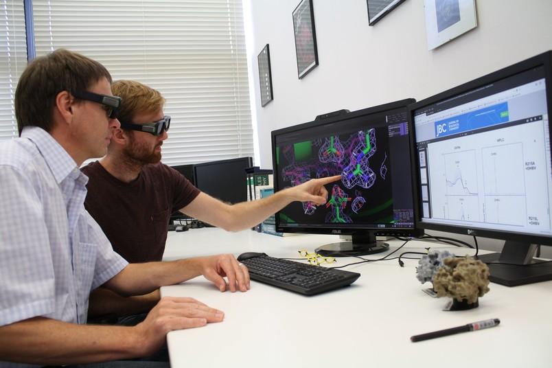Zwei Forscher mit Brillen am 3D-Bildschirm