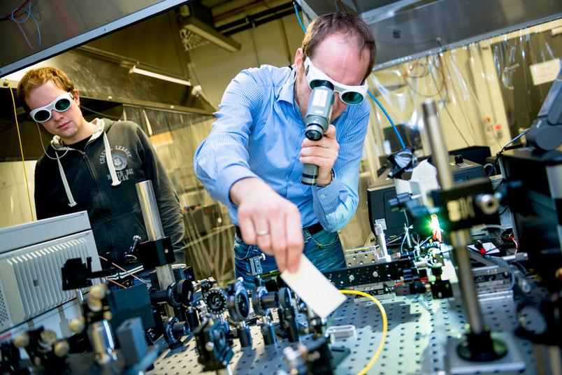 Komplizierter Messaufbau: Markus Lindemann und Nils Gerhardt (rechts) testen die Einkopplung des Lasersystems in die Glasfaser.