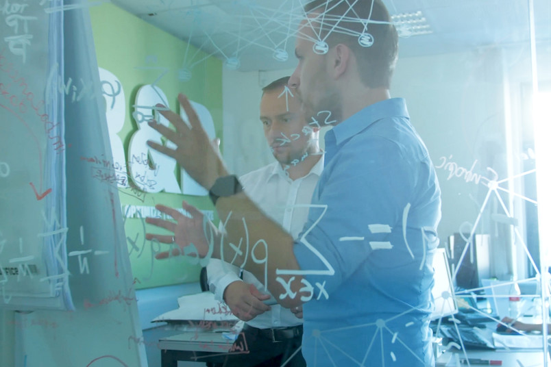 <div> Kfz-Experte und Data-Scientist im Austausch</div>
