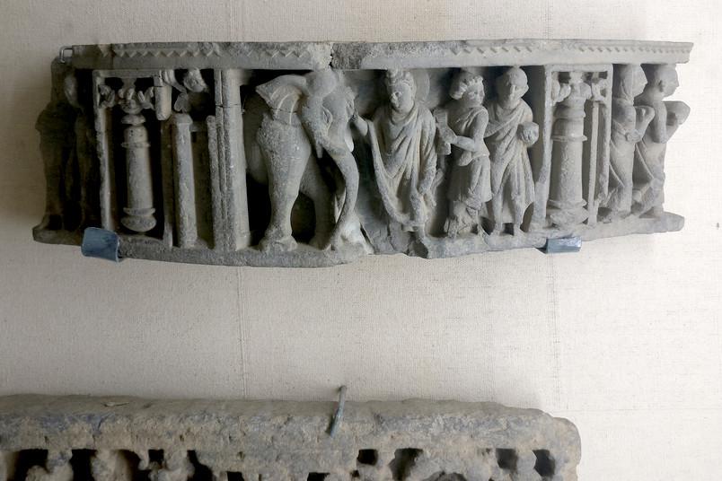 <div> Ein Forschungsteam der RUB bereitet buddhistische Artefakte digital auf.</div>