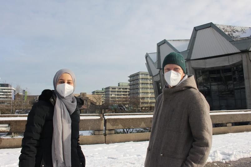Rabia Demirelli und Robert Queckenberg auf dem Campus der RUB.
